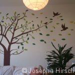 Baum mit Spatzen und fallenden Blättern